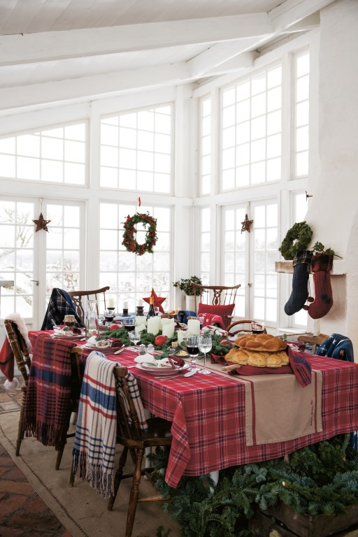how to set a christmas table