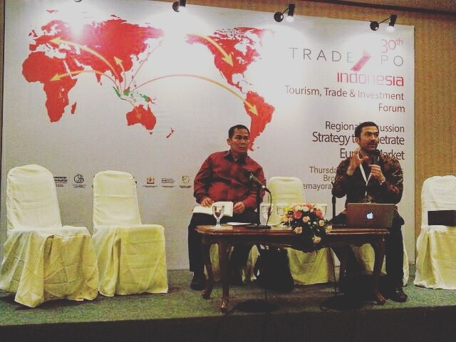 Matthew on stage in Jakarta advising on sustainability & coffee process