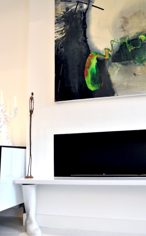 Art plays an important part in this happy home - Image courtesy of Kia Designs