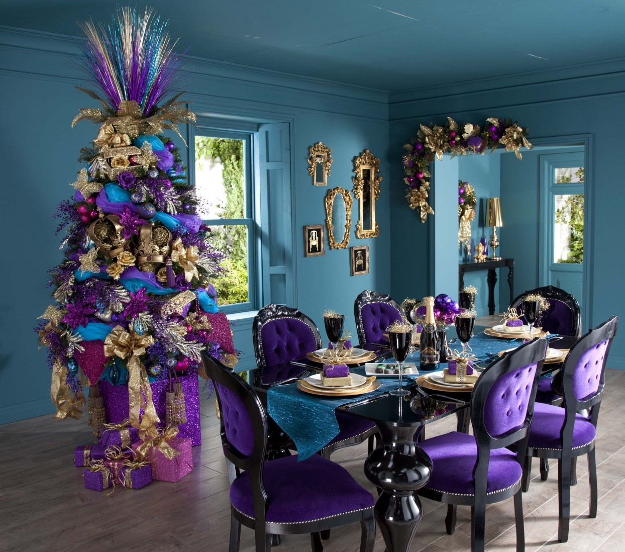 Color schemes for christmas trees - Yet Fans Of Royal Grandeur And Extravagance Will Definitely Love Such A Colour Scheme