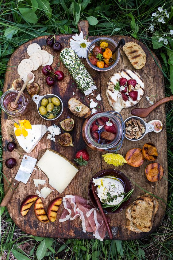 Picnic wooden board - How to Pack the Perfect Picnic